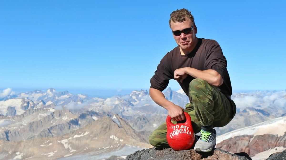 Серовский гиревик и краснотурьинские альпинисты совершили совместное восхождение на Эльбрус и подняли на вершину гирю весом 16 килограммовnyali-pudovuyu-giryu-00