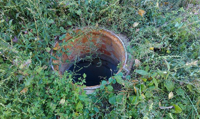 Открытый люк придется закрыть большим камнем / фото: Эльбрус Нигматуллин