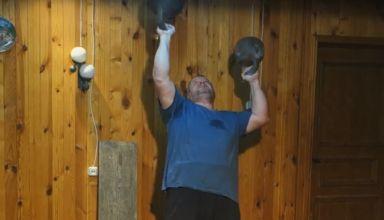 Вадим Ищейкин, 49+32 кг — жим гирь на попа поочередно