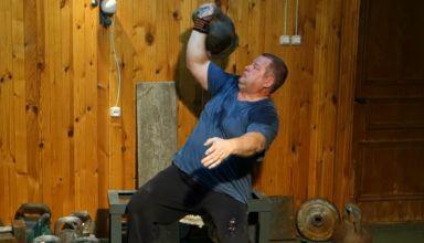 Жим 70 кг гири одной рукой сидя